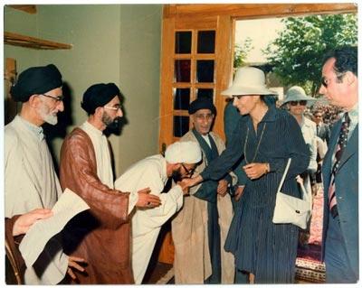 Afbeeldingsresultaat voor عکس بوسیدن دست فرح پهلوی توسط جنتی